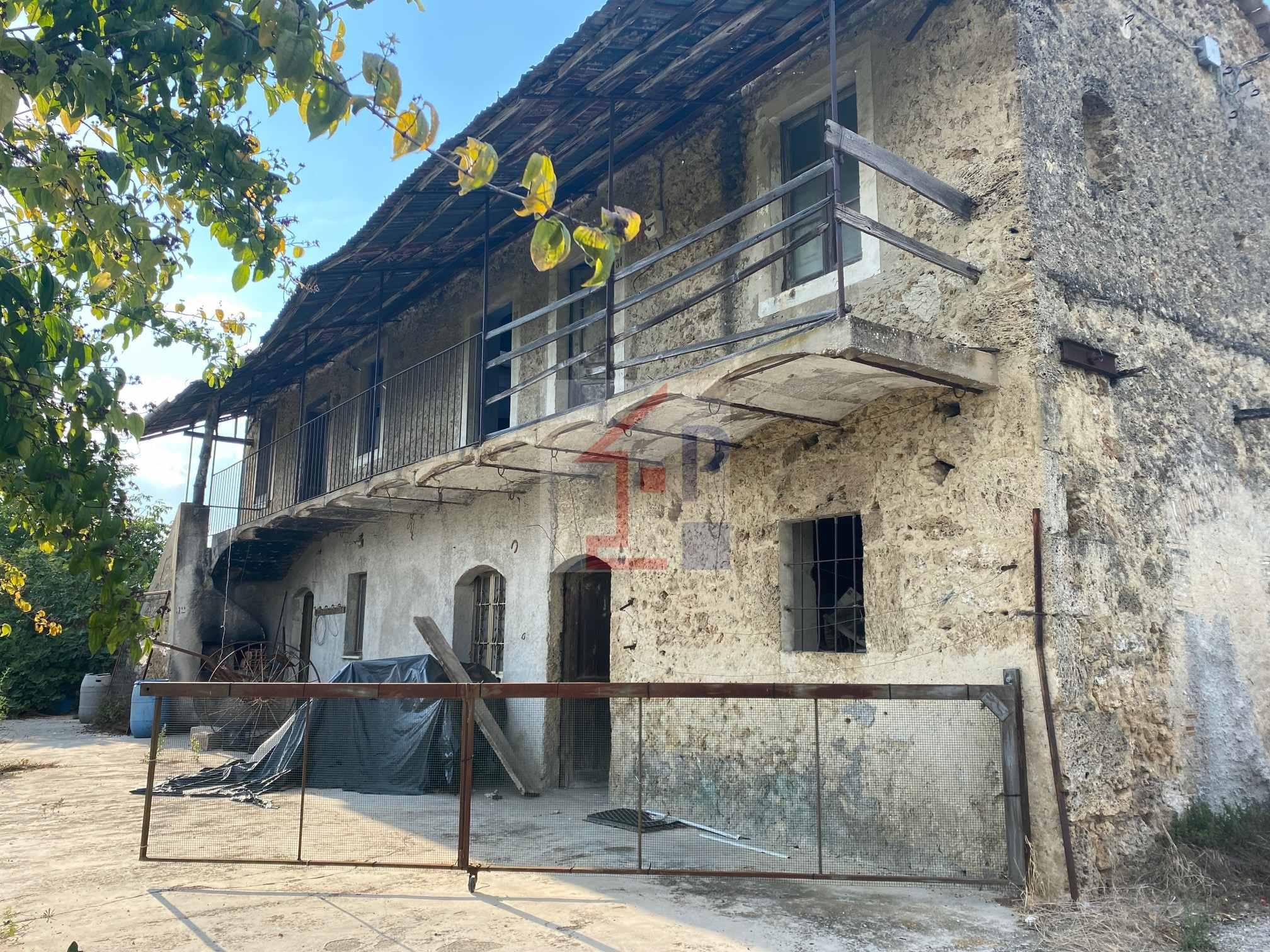 Casale in pietra con terreno in vendita a Castelliri Rif.85